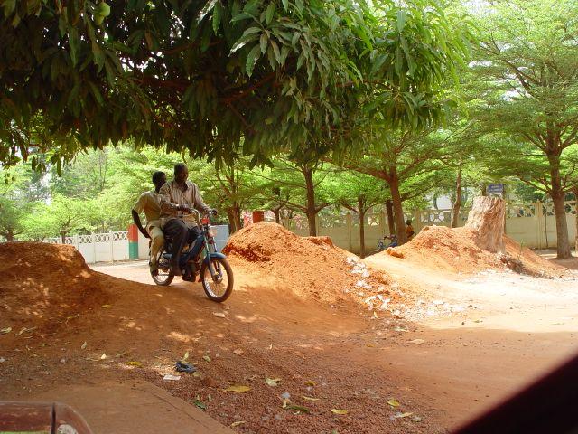 Avec le vélo, la mob est le moyen de transport le plus répandu mais aussi le plus fiable au Burkina. L'ennemi du motocycliste reste le même que celui du cycliste: la crevaison !