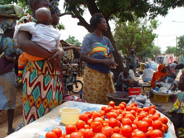 Le marché est un lieu de rencontre très convivial pour les maraîchers et les clients. Cela reste malgré tout très féminin.
