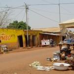 Partout au Burkina Faso, le commerce s'installe dans la rue.