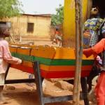 Très souvent, comme partout en Afrique, les enfants du Burkina Faso jouent au foot. Ici, c'est baby foot.