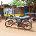 La mob est un moyen de déplacement privilégié au Burkina Faso. Rustique, efficace, on lui confie de lourdes charges.